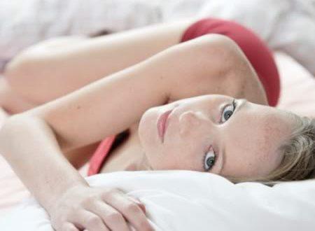 Mulher Deitada na Cama Olhando para Cima