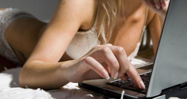 Mulher Sexy no Navegando na Internet