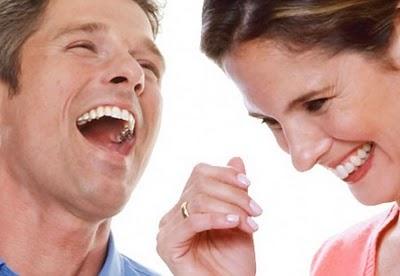 Casal conversando animado