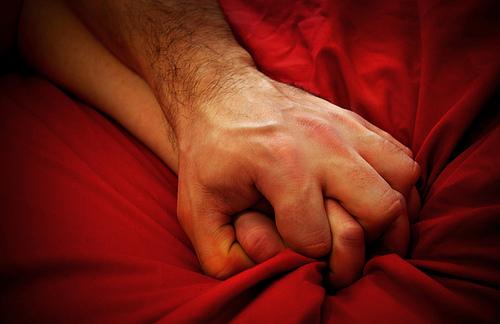 Casal Apertando a Fronha