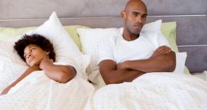 Casal infeliz na cama