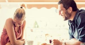 Casal conversando com vergonha