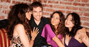 Homem rodeado de mulheres