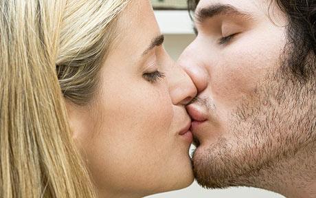 Casal dando Beijo