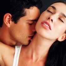 Homem Beijando o Pescoço de sua Mulher