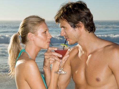Casal Tomando Drinks na Praia