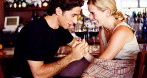 Homem se Aproximando de Mulher no Bar