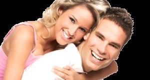 Casal Sorrindo com Mulher nas Costas