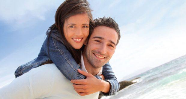 Casal Abraçado com Praia ao Fundo
