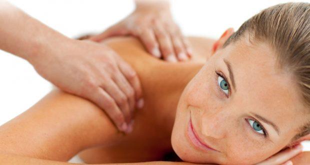 Mulher Recebendo Massagem nos ombros