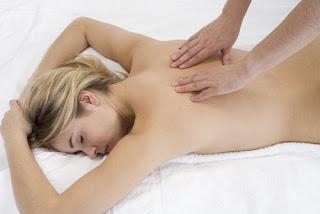 Mulher Recebendo Massagem nas Costas