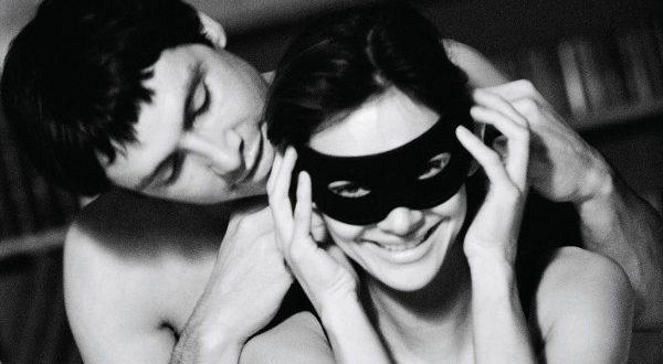 Homem Colocando Máscara na Mulher para o Sexo