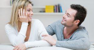 Casal Se Olhando em Fundo Branco