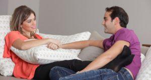 Casal Conversando no Sofá