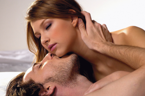 Homem Beijando o Pescoço de Mulher