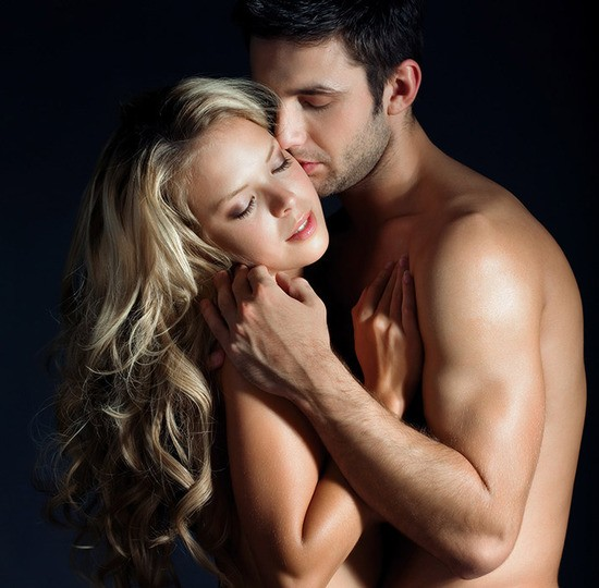 Homem Beijando sua Parceira Nus