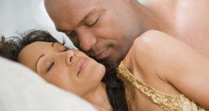 Casal Deitado Amando