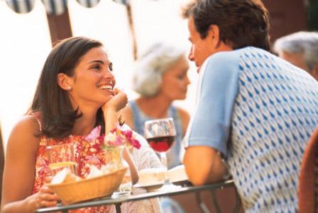 Casal Conversando em Restaurante