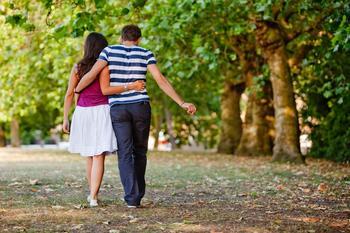 Casal Caminhando pelo Parque