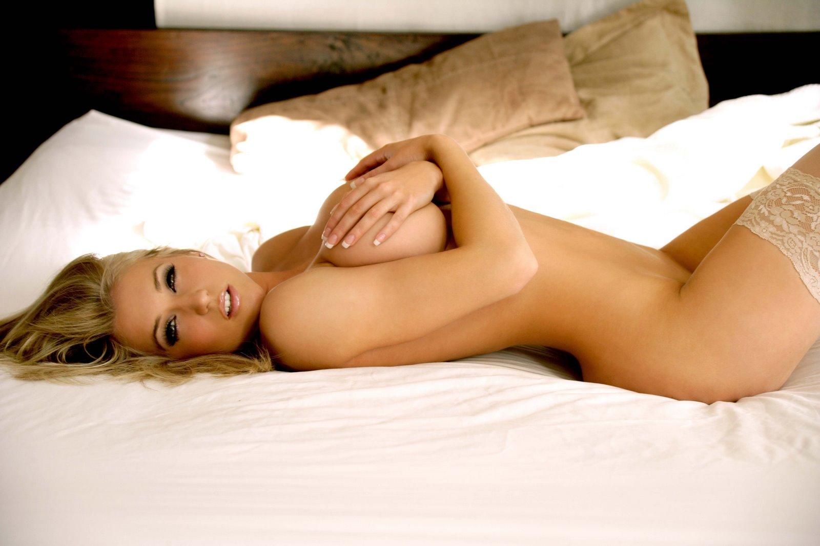 Loira sensual na cama