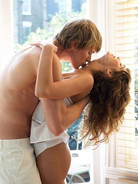 Homem Beijando o Pescoço da Mulher