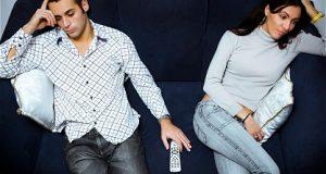 Casal com Relação Desgastada Sentado no Sofá