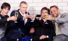 Homens Fazendo Brinde em Bar