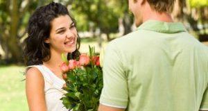 Homem Entregando Flores para a Amada