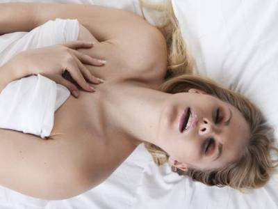 Mulher Atingindo o Orgasmo na Cama