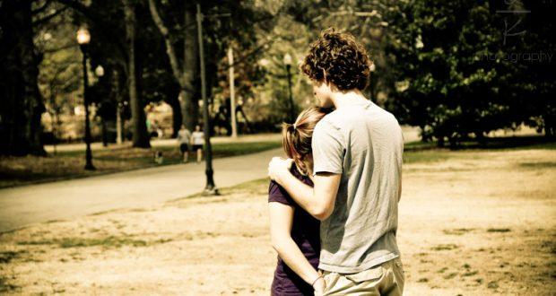 Casal de Jovens Abraçados no Parque