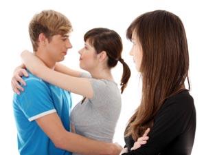 Mulher com Ciúmes de Casal Abraçado