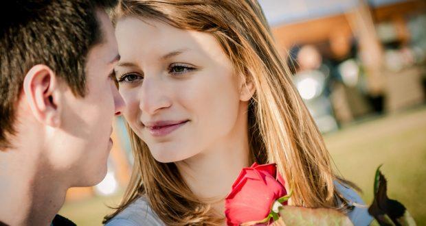 Mulher Apaixonada Ganhando uma Rosa