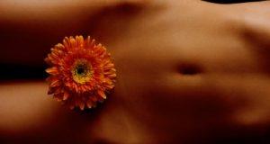 Cintura de mulher com uma flor