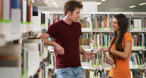 Rapaz Flertando na Biblioteca
