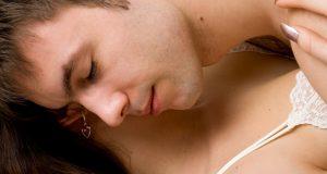 Homem Deitado sobre os Seios de sua Mulher