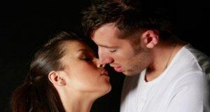 Casal se Beijando em Fundo Preto