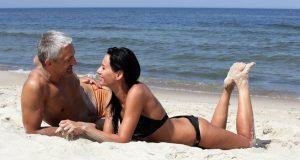 Casal com Diferença de Idade na Praia