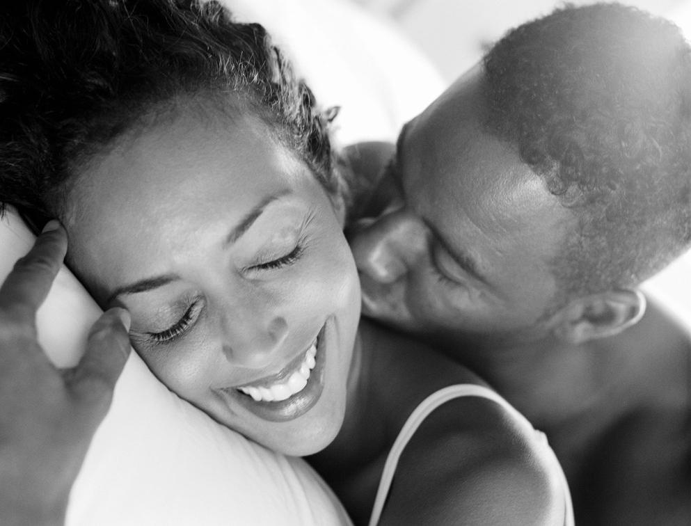 Beijo no cangote deitados na cama