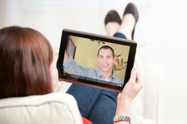 Casal se Comunicando por Tablet
