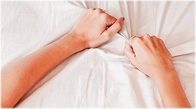 Mulher com Orgasmo Apertando a Fronha
