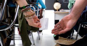 Passar Bilhete para Flertar na Escola