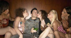 Macho rodeado por mulheres