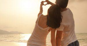 Casal Fazendo Coração com as Mãos no Sol