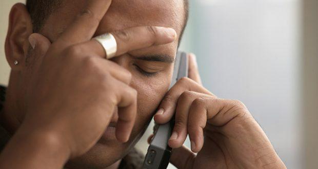 Homem Preocupado ao Telefone