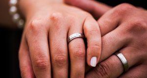 Mãos de Casal com Aliança