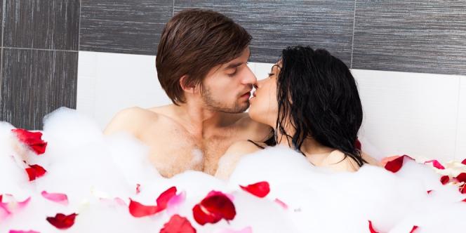 Casal fazendo amor na banheira