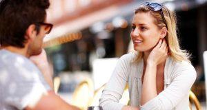 Homem e mulher se conhecendo