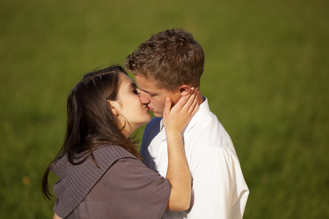 Adolescentes beijando