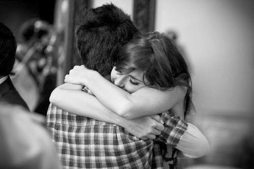 Forte abraço de casal