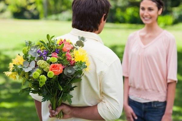 Homem dando flores